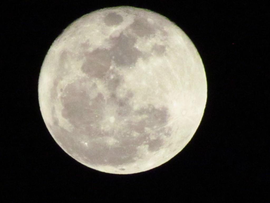 चन्द्रमा पर धब्बे क्यों दिखाई होते है?