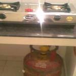 गैस का चूल्हा जलाने पर सिलेंडर आग क्यों नहीं पकड़ता ?